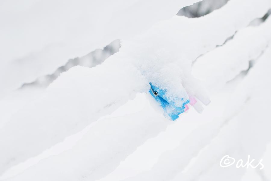 detlajer klädnypor i snöskrud